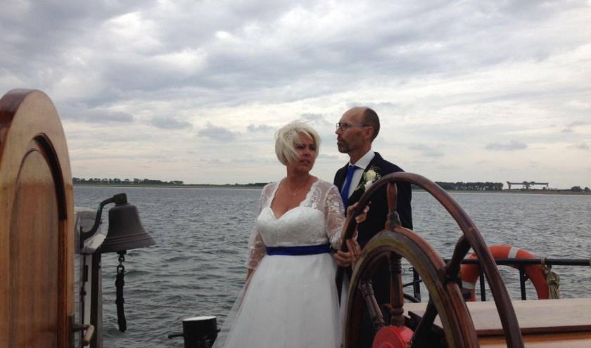 Het bruidspaar Van der Ven genoot op hun bruiloft volop op de Avontuur. Het was een prachtige dag. FOTO: Rob Koers