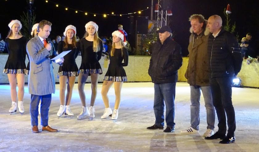 Na de opening van de ijsbaan werden André Groen en Jan van Dam verrast door burgemeester Verhoeve met de stadspenning: voor het realiseren van een gedeelde droom voor jong en oud Oudewater. (Foto: Margreet Nagtegaal)