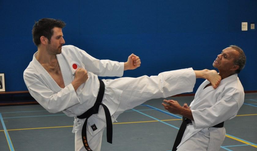 """Sjors Meekels (links) in actie. Karate lijkt misschien een agressieve sport, dat is het volgens Sjors zeker niet.  """"Voor agressie is bij ons geen plek"""", vertelt Sjors."""