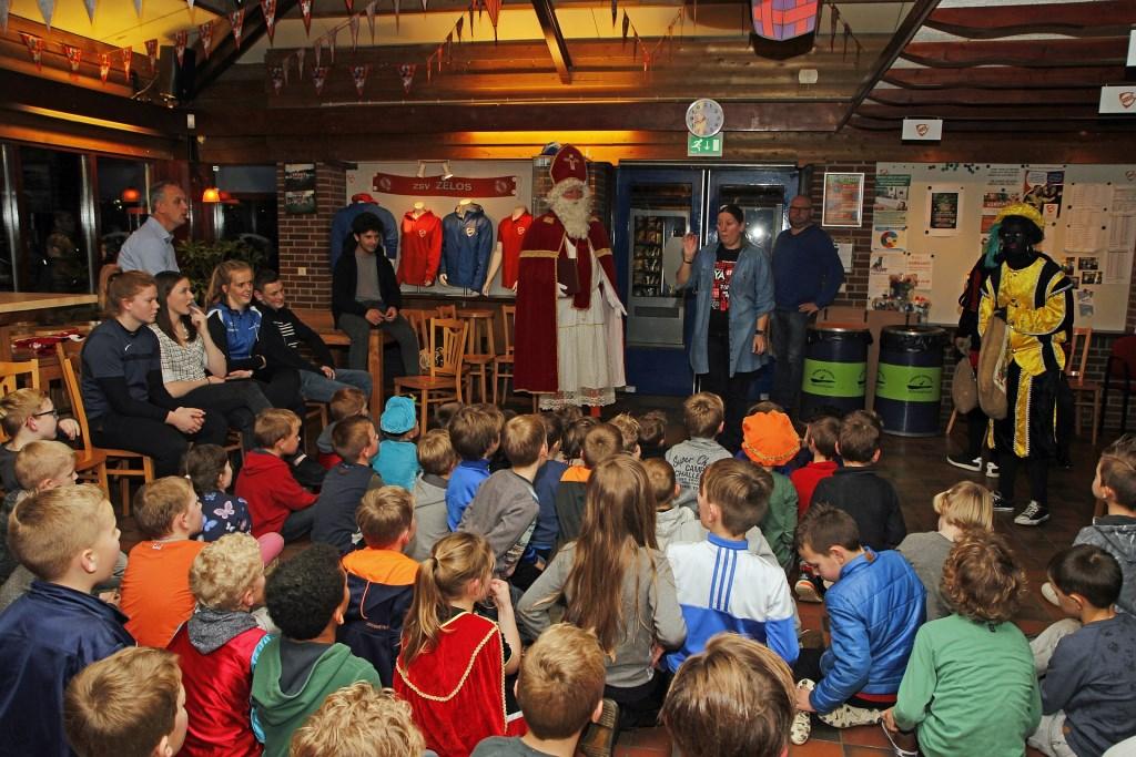 De kinderen verwelkomen de Sint Foto: Eric Legters © DPG Media