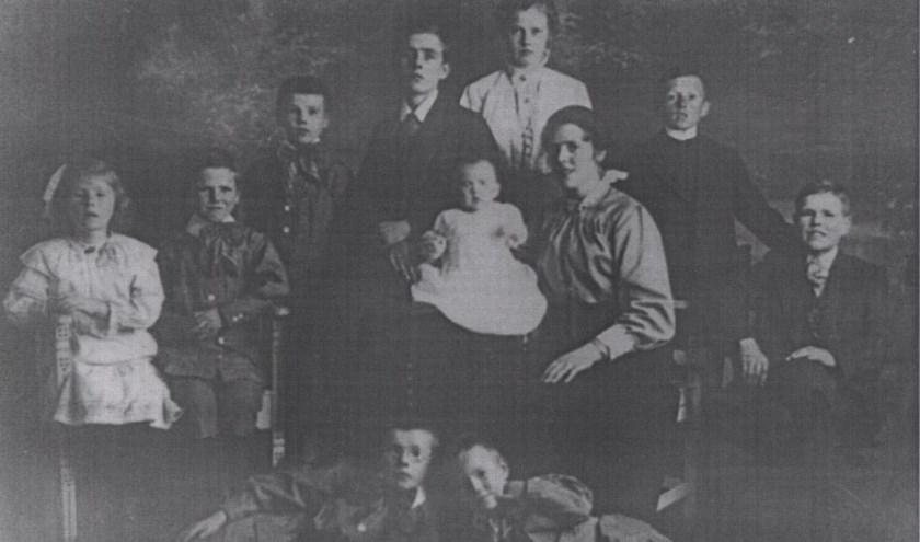 De 11 kinderen van de familie Van Velzen.