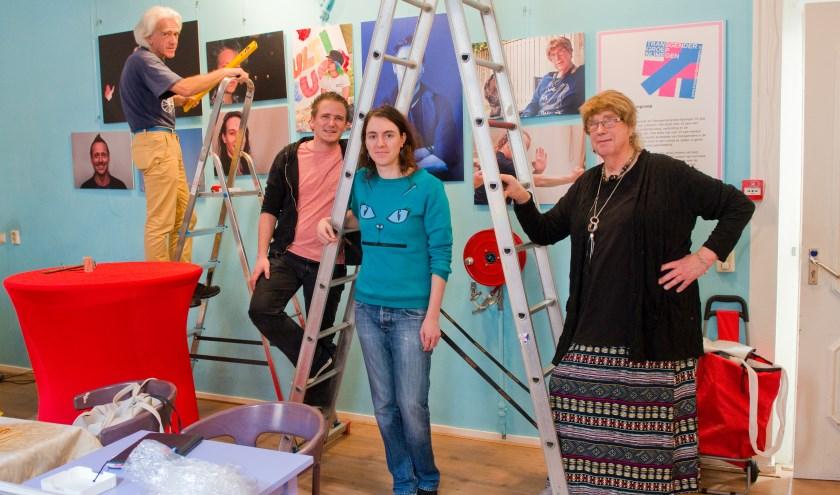 Door de leden van Transgendergroep Nijmegen is hard gewerkt om er een mooie tentoonstelling van te maken in het Roze Huis. (Foto: Maaike van Helmond)