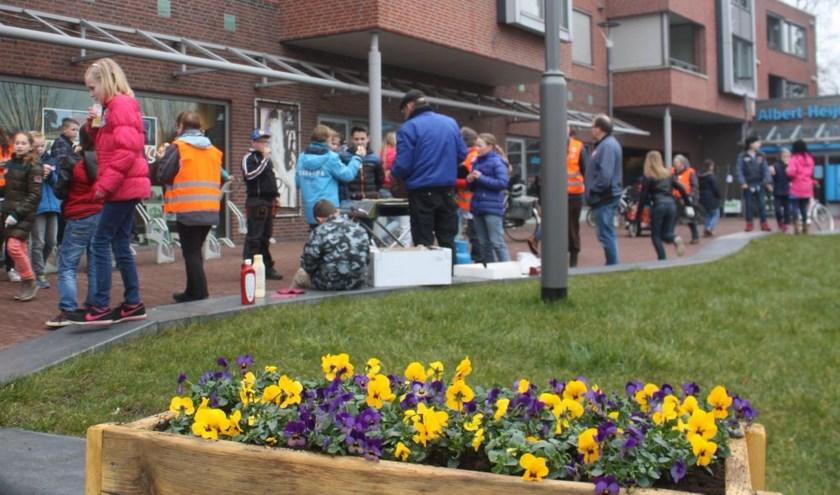 Vorig jaar hielpen leerlingen van de Parel en vrijwilligers met het maken van plantenbakken langs de boulevard in Wapenveld.