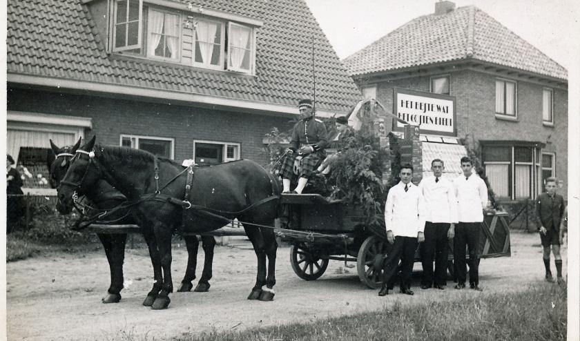Een versierde wagen; klaar voor een optocht, of toch iets anders?