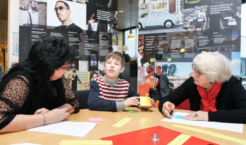 Nel, Julian en Alida denken samen na over mogelijke tentoonstellingen. (Foto: Robbert Roos)