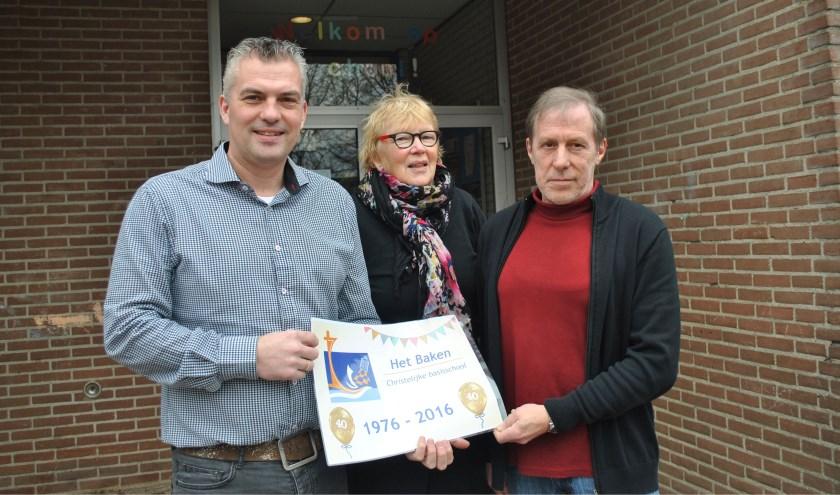 Links Jim van Geest, directeur van Het Baken. Midden Nanny de Jong en rechts Arie Overduin. (Foto: Lilian Steensma)
