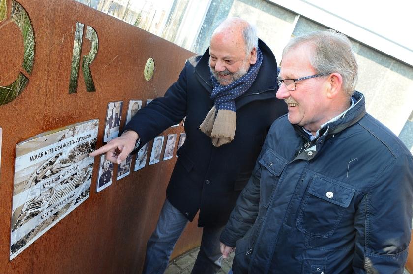 Wim Peters en Ben Terwiel bekijken de eerste foto's die in 2017 zijn geplaatst bij schoorsteen De Fakkel in Ulft.
