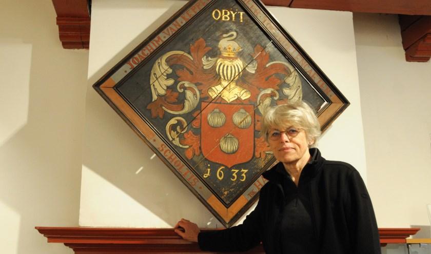 Alice van Zaal bij het rouwbord, dat ooit in Hattem in de kerk hing. Foto: Voerman Museum Hattem