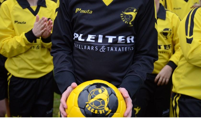 Vijf JO11- & MO11-teams van VSCO'61 werden aangenaam verrast door sponsors Pleiter Makelaars & Taxateurs uit Oldebroek en Smit Schilderwerken uit Oosterwolde. foto: Dik Leusink