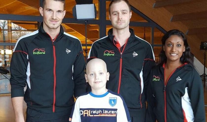 Lennard samen met fitnessinstructeur Ramon, Niek Tunderman en assistent-clubmanager Samanthika.