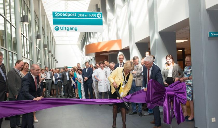 Burgemeester Driessen knipt het lint door en opent daarmee de Spoedpost in Alrijne Ziekenhuis Leiderdorp.