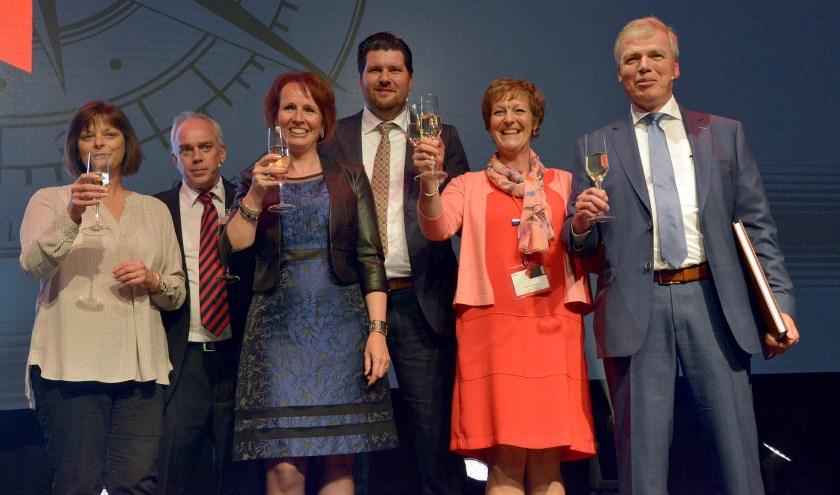 Andy Gowing, de nieuwe adjunct directeur Marcel van Huissteden en Paul Oosterlaken brengen met hun echtgenoten een toost uit. (Tekst en foto: Paul van den Dungen)
