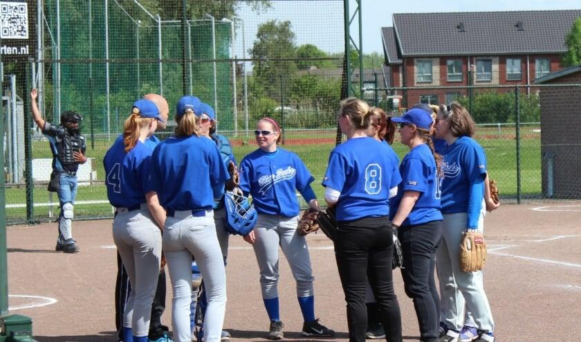 Een wedstrijdbespreking door de vrouwen van het eerste Blue Socksteam. (Foto: Henk Jansen)