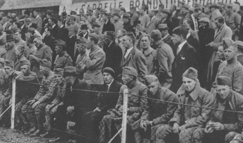 'Onze militairen bezetten strategische punten op... de voetbalvelden. Langs de lijn bij de wedstrijd DHC - HBS waren zij in de meerderheid'.