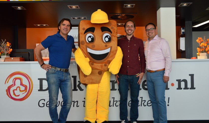 V.l.n.r. Haico Meijerink (CEO Drukwerkdeal.nl), Joekie het Koekie (mascotte Heel Deventer Hapt), Tom Klein Beernink en Bart Klein Beernink (beide CEO Klein Beernink).