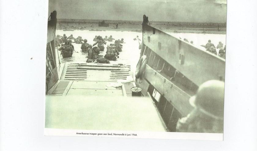 Landingsvoertuigen zetten de geallieerden af op de invasiestranden.