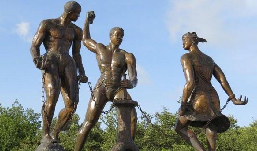 Op 1 juli wordt jaarlijks Keti Koti (verbreek de ketenen) gevierd, de afschaffing van de slavernij.