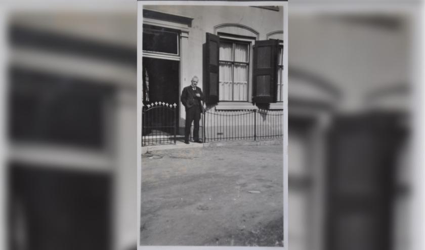 Ds. B.N.J. Roskott voor de oude pastorie aan het Kerkplein.