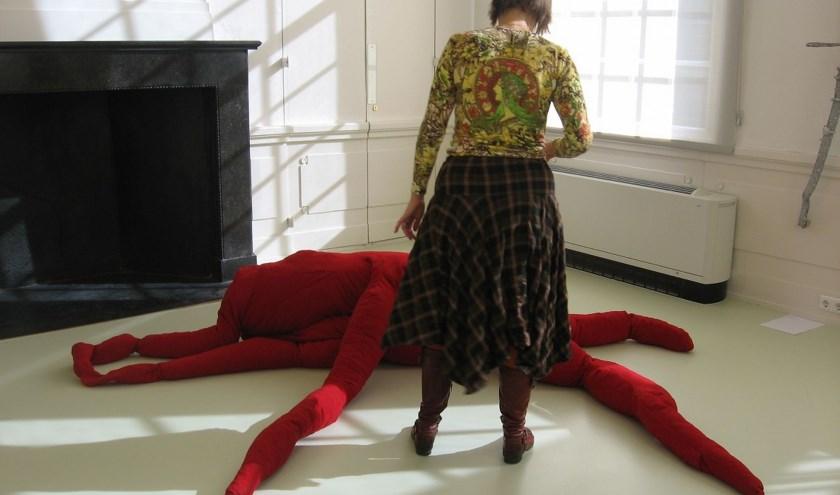 Karin Alink kijkt of haar Feestbeest er goed bij ligt. (Foto: Stedelijk Museum Schiedam)