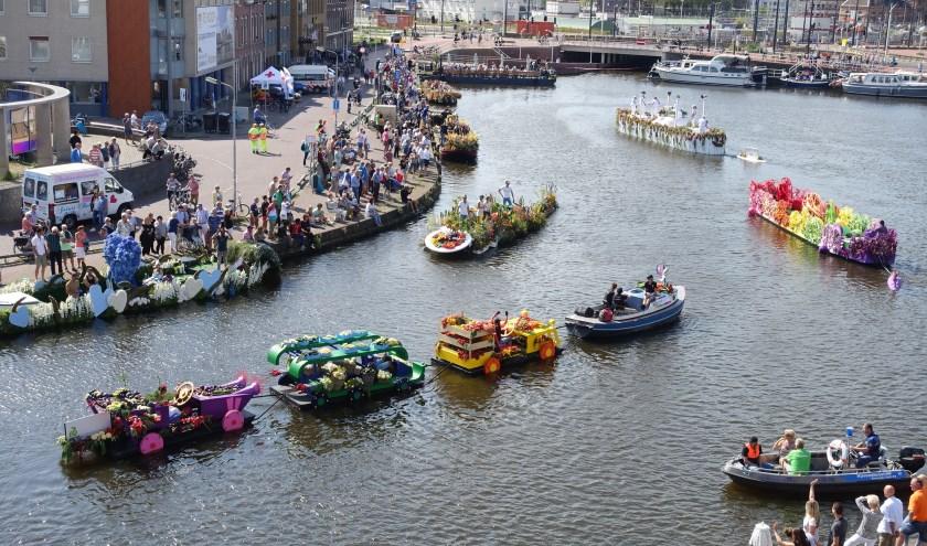De Zuidkolk vormt een uniek decor voor het Varend Corso. Duizenden Delftenaren kwamen er zondag samen. (Foto: N.J. van Soldt)