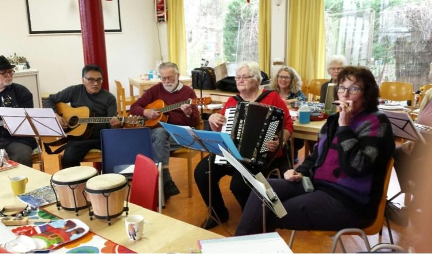 De Van Capellenstichting is sponsor  van de groep in wijkcentrum de Harp. (Foto: P.R.)