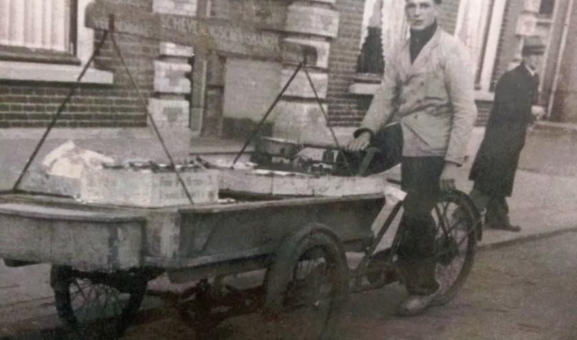 De vader van Wim, Kees Rosendaal. Op één van de drie bakfietsen van grootvader Willem. Voor elke zoon een bakfiets. Kwamen de jongens thuis dan werd er geld geteld. Foto omstreeks 1946.
