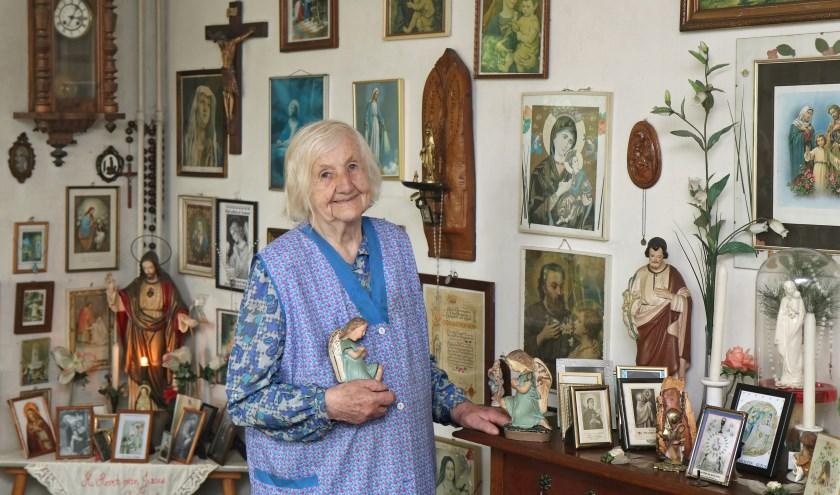 """,,Alle religieuze beelden, schilderijtjes en kaarsen in de woonkamer zijn stille getuigen van mijn geloof"""", aldus Diene Beltman-Kolkman. (foto Harry Mulder)"""