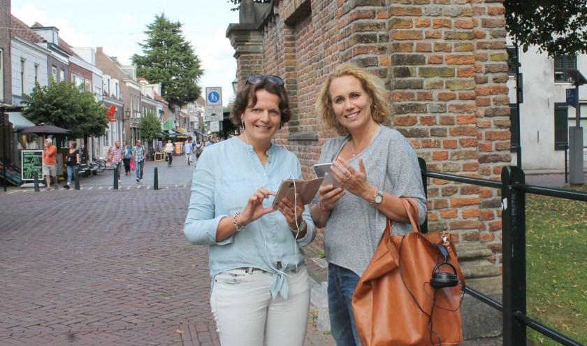 Angelique van Lierop en Esther Wajer verbinden met de audiotour alle monumenten: wandel, kijk en luister naar de verhalen. (Foto: Lysette Verwegen)