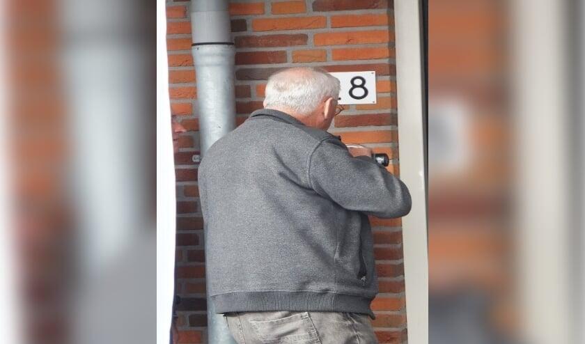 <p>Het plaatsen van een digitaal sleutelkluisje bij de voordeur. Foto te illustratie.</p>