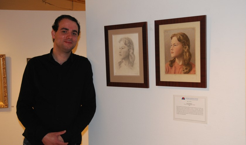 Conservator Kristian Kreeft van het Voerman Museum bij de portretten van Brigitte Espeet.