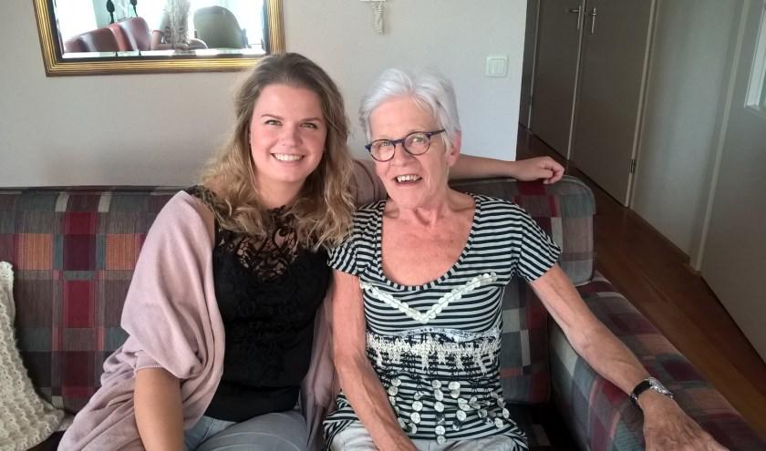 Zorgvlogger Eline van Wijngaarden op bezoek bij mevrouw Kranenburg die ook in één van haar vlogs voorkomt. (Foto: QuaRijn)
