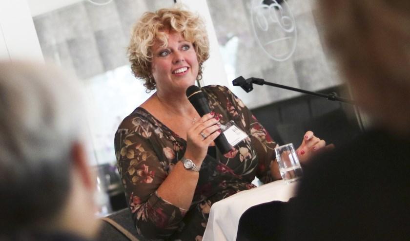 Dagvoorzitter Petra Noordhuis ondersteunt Harm Edens op woensdag 11 oktober bij De ZP'er draait door,hét netwerkevent voor zp'ers en mkk'ers. Plaats van handeling is Prismare in Enschede. Foto:Chantal Knoef