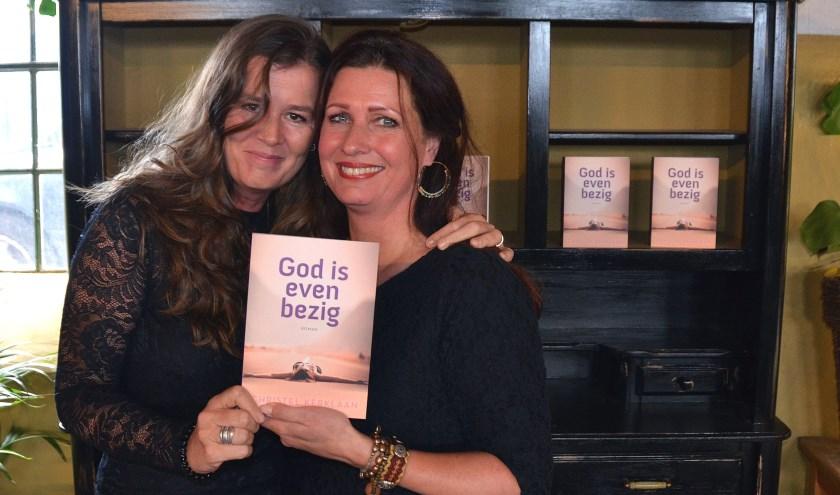 Na de presentatie van haar boek zijn de emoties nog niet verdwenen bij schrijfster Christel Kerklaan (rechts) en haar vriendin Hilde Bolt. (Foto: Frans Assenberg)