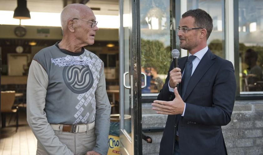 Rinus wordt verrast door wethouder de Prez met de zilveren sportspeld (Foto: Sportraad)