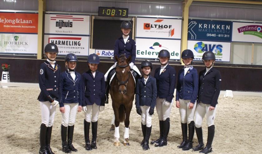 De kringkampioenen: Milou Ekkel, Silke Pot, Amke Pot, Marilyn Roelofs (op haar pony), Luc Eshuis, Dylian Roelofs, Noortje ten Cate en Charena Zandbergen. (Frank Hosmar ontbreekt op de foto). Foto's: Foto4U