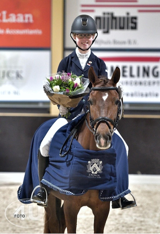 Marilyn Roelofs wint met Hoppenhof's Yentle bij de pony's.  © DPG Media