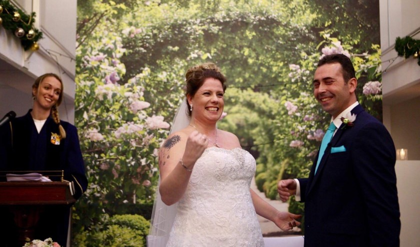 Dankzij de stichting Make-A-Wedding-Wish gaven Sandy en Laurens elkaar afgelopen vrijdag het jawoord. (FOTO: Mooii Moment Fotografie)