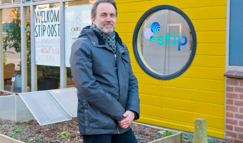 Als een van de twee coördinatoren van Duurzaam Hengstdal streeft Wim van der Wiel samen met alle vrijwilligers én de bewoners naar een zo duurzaam mogelijke wijk. (Foto: Maaike van Helmond)