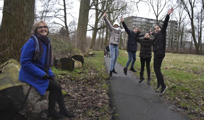 Kinderne uit Gouda Oost springen een gat in de lucht, nu ze weten dat de natuurspeeltuin er gaat komen. Op de voorgrond initiatiefneemster Loes Ostendorf. Foto: Marianka Peters
