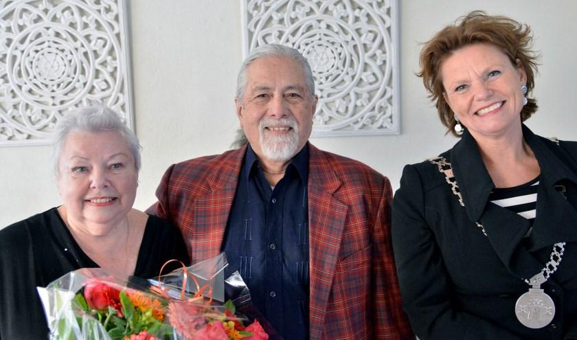 Burgemeester Van Hartskamp feliciteert het gouden bruidspaar Van der Lek. (Foto: Paul van den Dungen)