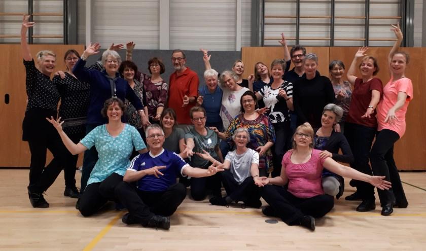 De leden van het Veenendaalse Werelddansgezelschap Nirkoda houden op dinsdag 13 februari een open avond in de sportzaal aan de Binnenronde. (Foto: Jaap Pilon)