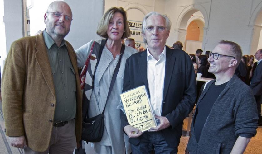 De makers van 'Salamanders in Art andScience' na de uitreiking van de oorkondes in het Stedelijk Museum Amsterdam op 28 september 2018. Van links naar rechts: Bas Teunis, Marianne Stoffer, Reynoud Homan en Marc Gijzen.