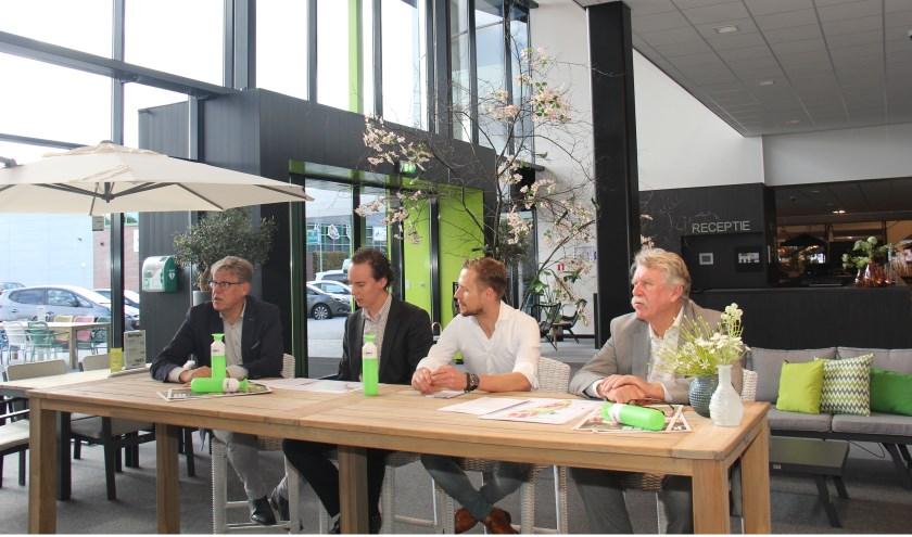 V.l.n.r.: Michel Kotteman (wethouder van Borne en voorzitter DB van XL Businesspark), Arjen Maathuis (wethouder Economische Zaken Almelo), ondernemer Henk Smit en projectdirecteur van het XL Businesspark Jan Geerdink die tevens bekend maakte dat er een volledig geoutilleerd tankstation bij het busin