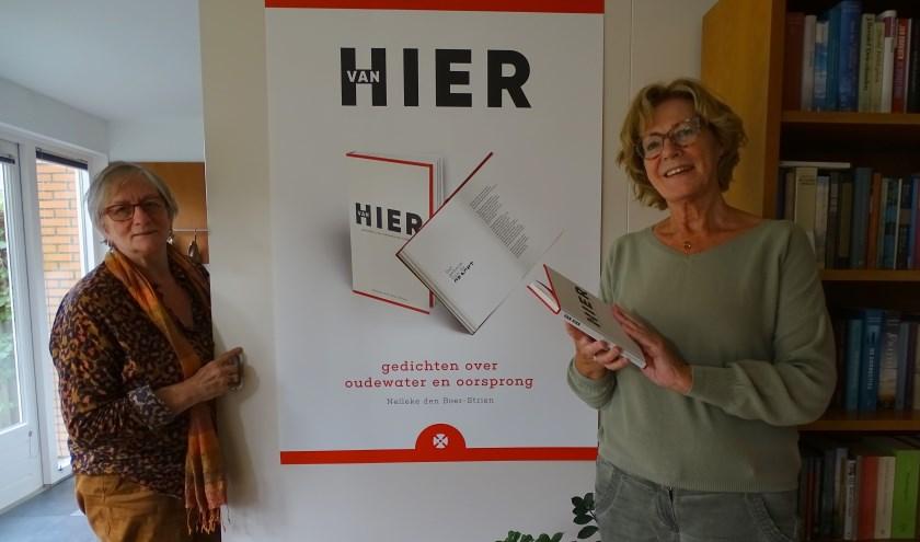 Nelleke den Boer (rechts) is heel blij met de hulp van Gerdine van de Ven bij de totstandkoming van het boekje. (Foto: Margreet Nagtegaal).