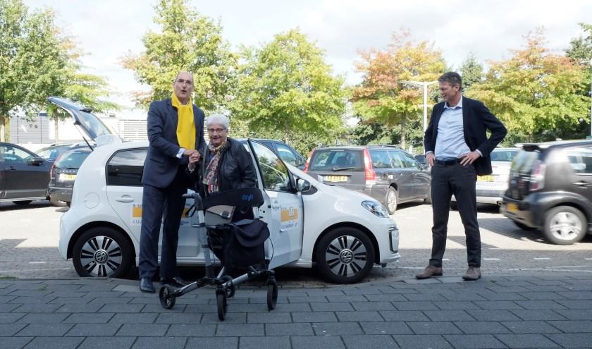 Wethouder Dusschooten en de eerst geregistreerde AutoMaatje-deelnemer maakten tijdens de officiële aftrap de eerste AutoMaatje-rit, van het huis van de deelnemer naar wijkcentrum Heyhoef.