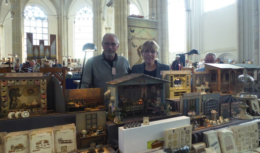 Simon en Janny Warnaar met hun eigengemaakte miniaturen staan al voor de zesde keer in de Eusebiuskerk. (foto: Marnix ten Brinke)