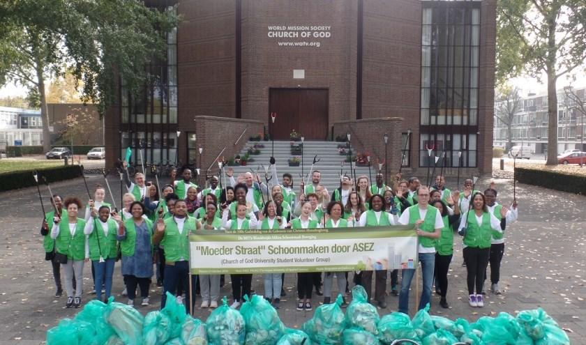 ASEZ universitair studenten vrijwilligers met zakken zwerfafval