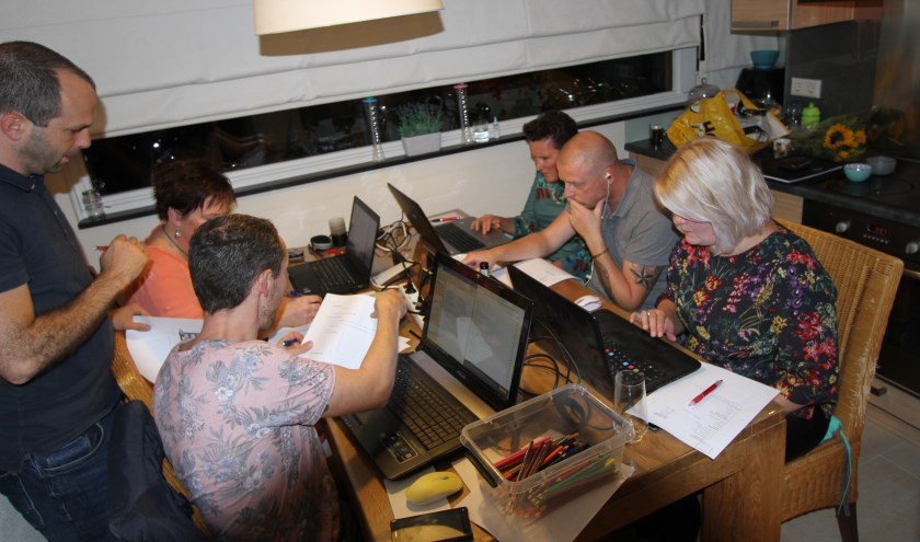 Een deel van het Tie Ta Toeterteam werkt in de keuken koortsachtig aan het oplossen van vragen.