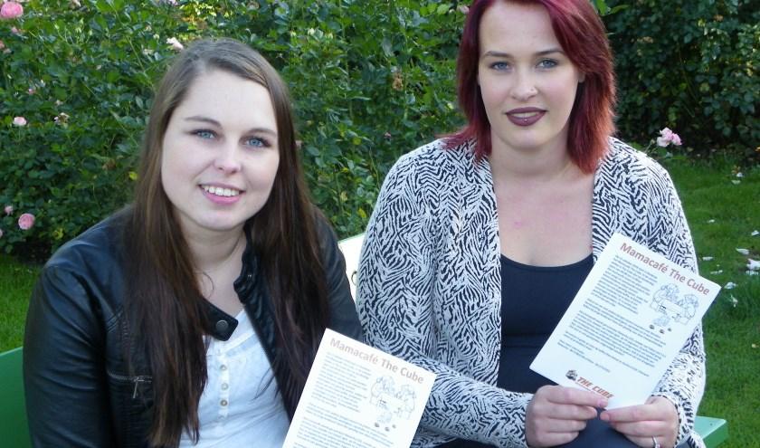 Eline van Deursen (li) en Natascha van Klaveren zijn vriendinnen en initiatiefnemers van Mamacafé The Cube in Boskoop. Hun flyers zijn overal te vinden.