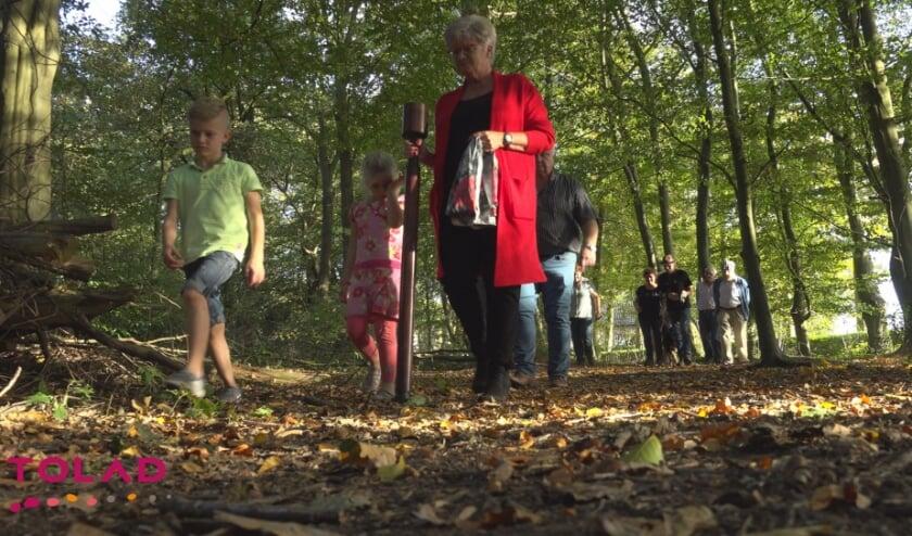 De in Nunspeet gevestigde organisatie Jouw Laatste Levensfase biedt bijzondere wandelingen in Vierhouten aan waarbij de Tolad wandelstok meegaat.